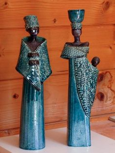 Most of the female ceramic figurines seem to be created by women whereas the sculptural female art figures have a more equal representaion between male and female artists Pottery Pots, Raku Pottery, Slab Pottery, Pottery Sculpture, Sculpture Clay, African Sculptures, Sculptures Céramiques, African Dolls, African Art
