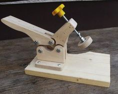 Ein praktischer Gegenstand in der Werkstatt, z.B. als Halter an der Hobelbank oder zum Festhalten von Werkstücken beim Fräsen, Sägen oder Schnitzen.