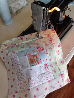 Sewn With Grace- cutest log cabin block ever!Love the feminine fabrics Log Cabin Quilt Pattern, Log Cabin Quilts, Quilt Block Patterns, Quilt Blocks, Quilt Kits, Quilting Tips, Quilting Tutorials, Machine Quilting, Quilting Designs