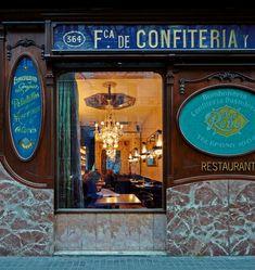 La pastisseria Reñé és una de les històriques de la dreta  de l'Eixample. Des de 1900 ha endolcit la vida dels seus veïns i  com a fàbrica de dolços i posterior pastisseria. Ara obre les seves portes com a bar restaurant conservant la seva essència com a  icono modernista.