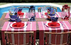 Na mesa, destaque para os jogos americanos listrados de branco e vermelho que, na verdade, são panos de prato