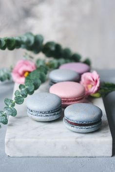 Pastel macaroons or macarons and flowers on marble by Vladislav Nosick - Photo - Pastry Shop Ideas - Macaron Cute Desserts, French Desserts, Delicious Desserts, Dessert Recipes, Pastel Macaroons, French Macaroons, Macaron Cookies, Macaron Recipe, Chocolates