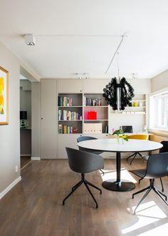 STUE MED HJEMMEKONTOR: Bord og stoler er fra Hay,taklampene er fra Dmlights. Pendelener fra Design By Us. Skapløsningen ved endeveggen har en utfellbar pult som gjør det lett å jobbe hjemmefra.
