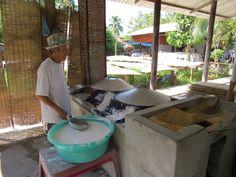 Stap 2 van het produceren van een rijst noodle is het maken van een pannenkoek van het rijst mengsel. Dit mengsel wordt verspreid over een doek wat gemaakt is van varkensvet. Dit doek hangt boven vuur waardoor het gekookt wordt.
