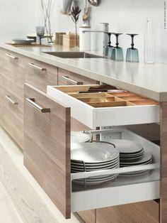 METOD kök med BROKHULT ljusgrå valnötsmönstrade lådfronter.
