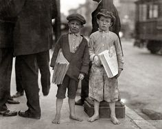 """Neuf ans Newsie et son 7-ans frère """"Rouge"""" , Los Angeles, mai 1915. """" Nine-year-old newsie and his 7-year-old brother """"Red"""", Los Angeles, May 1915. """""""