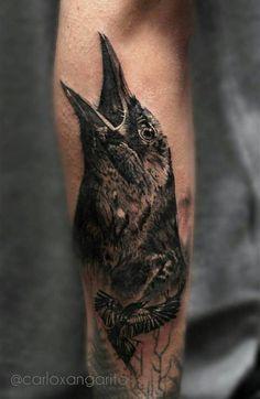 Tatuaje de un cuervo en el antebrazo.