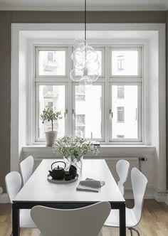 Simple kitchen table setup - via Coco Lapine Design blog
