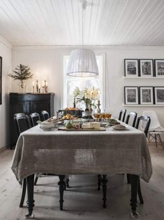 Christmas house in Sweden by stylist Anna Truelsen Dining Room Design, Dining Area, Dining Table, Fine Dining, Dining Room Inspiration, Interior Inspiration, Cosy Home Decor, Sweden House, In Vino Veritas