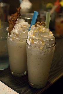 Pour se rafraichir quand il fait trop chaud, rien ne vaut un bon milkshake gourmand au caramel au beurre salé et une touche de chantilly !