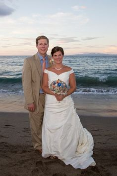 Bride and groom on the beach, with a great broach bouquet! #Beachwedding #CostaRica