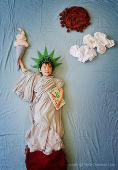 Creative Mom Turns Her Sleeping Baby Into Adorable Works Of Art. See These 44 Amazing Photos. Funny Baby Photos, Monthly Baby Photos, Sleeping Baby Pictures, Newborn Pictures, Kid Pictures, Baby Monat Für Monat, Baby Girl Photography, Photography Ideas, Infant Photography