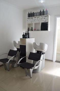 Behind the shampoo bowl Home Hair Salons, Hair Salon Interior, Home Salon, Beauty Salon Decor, Beauty Salon Design, Salon Shampoo Area, Small Hair Salon, Barbershop Design, Beauty Room