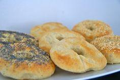 Om thuis bagels te maken heb je niet veel nodig. Het recept bestaat uit vrijwel allemaal ingrediënten die je thuis hebt. Bagels zijn overigens van origine Joodse broodjes. Vooral in New York zijn bagels popluair. Daar heb je zelfs speciale bagelrestaurants waar je je bageln met diverse soorten beleg kan kopen. De bagel wordt ook steeds populairder in Europa. Bagels worden voor het bakken gepocheerd in kokend water. Strooi op de bagels bijv. maanzaad of sesamzaad ter variatie.