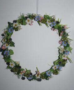 Ein zarter Frühlingszauber!  Viele verschiedene Gräser, Beeren, Efeu, Gypsostengel, und Blüten schmücken diesen zarten Frühlingskranz.   Als A...