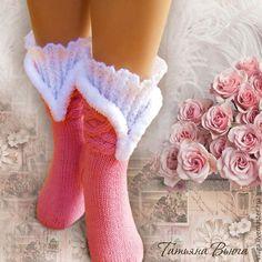 Купить или заказать Русские сезоны. Носки вязаные, шерстяные носки, подарок ручной работы в интернет-магазине на Ярмарке Мастеров. Когда-то давно, лет двадцать назад, я прочитала роман 'Зоя'. О наших эмигрантах в Париже начала двадцатых годов. И так меня поразила атмосфера Дягилевского балета, что вот до сих пор не могу забыть. Теперь воплотила эту тему в носочках 'Русские сезоны'. Надеюсь, получилось.) Я работаю с классической пряжей полушерсть. Пушистая окантовка связана из ...