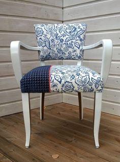Fauteuil bridge relooké avec un tissu bleu à fleurs, un tissu en velours bleu foncé et passepoil corail, le bois a été repeint en blanc sur certaines parties des pieds et des - 16422010