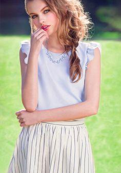 クールになりがちなストライプもフェミニンブラウスを合わせると女の子らしい印象に☆ ストライプのアイテムを使ったコーデ術。参考にしたいファッションスタイルのまとめ☆