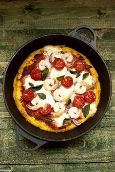 A polentából készült pizza a világ leggyorsabb pizzája. Nem kell a tésztát keleszteni, nincs szükség pizzakőre vagy szuper magas hőmérsékletre felfűthető sütőre, elég egy kis kukoricadara és egy nagyobb serpenyő, amit a sütőbe is be lehet rakni. Persze persze, ez azért nem pizza abban az értelemben, amit csak az eldugott...