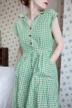 darling green apple day dress An Absolutely lovely Vintage House Dress. looking super comfy and has pocket too.An Absolutely lovely Vintage House Dress. looking super comfy and has pocket too. 1940s Fashion, Look Fashion, Vintage Fashion, Womens Fashion, Dress Fashion, Fashion 2018, Ladies Fashion, Fashion Clothes, Fashion Trends
