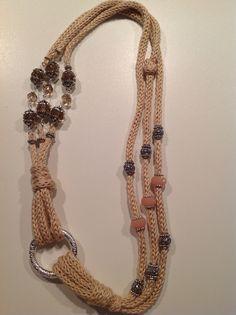Collana all'uncinetto con pietre dure interamente intrecciata a mano. Handmade by Angela