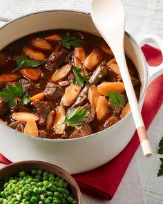 Een heerlijk comfort food gerecht met traditioneel kantje: kalfsragout met krokant gebakken aardappelen en erwtjes en worteltjes.