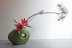 """I attended a Hayaike Ikebana workshop today - Hayaike means """"quick arranging"""". We did each arrangement in 20 minutes, then went around for a critique of our work. We each did a large, medium and small arrangement. Ikebana Flower Arrangement, Ikebana Arrangements, Flower Arrangements Simple, Japanese Plants, Japanese Flowers, Arreglos Ikebana, Dwarf Fruit Trees, Ikebana Sogetsu, Bonsai Art"""