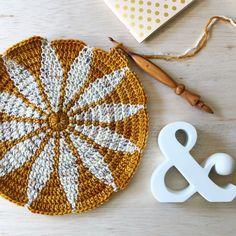 free crochet motif pattern - Mache El Selbst - Do it Your Own - 2018 Mandala Au Crochet, Crochet Puff Flower, Crochet Motif Patterns, Crochet Circles, Tapestry Crochet, Crochet Flowers, Scarf Patterns, Unique Crochet, Love Crochet