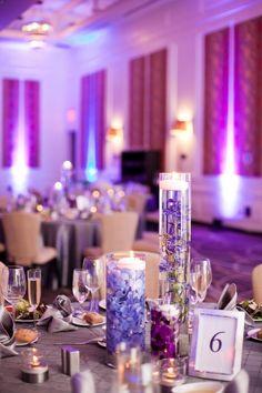 tischdeko-hortensien-hochzeit-violett-lila-blueten-teelicht-wasser-kerzen-tischdecke-grau.jpg 750×1.126 Pixel