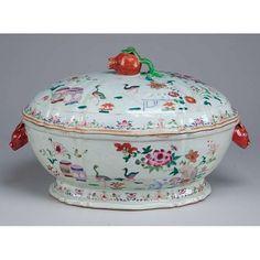 Sopeira de porcelana Cia das Índias, oblonga, decorada com aves, flores e jardim em esmaltes da família rosa. Alças laterais em cabeça de lebre e pega da tampa em romã. 37 x 22 x 20 cm de altura. China, Qing Qianlong (1736-1795).