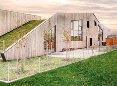 Die hochgedämmte Fassade ist eine Holzrahmenkonstruktion (hier die Nordseite mit großen Verglasungen)