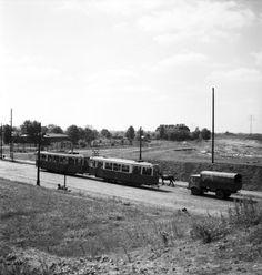 tramwaj nr 2 jadący spod wiaduktu kolejowego ulicą 11 Listopada