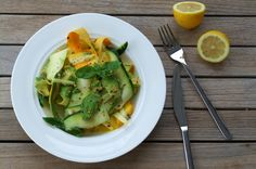 Zucchini-Avocado-Salat mit Zitronendressing