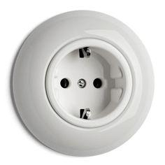 Runt enkelt vägguttag i vitt porslin. Välkommen in till Sekelskifte och våra strömbrytare och vägguttag i vitt porslin!