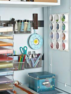 Cajas y ganchos en el interior para organizar