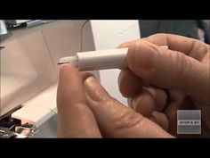 Nåletråderen er fantastisk hjælp, når en overlocker skal trådes. Se hvordan den virker http://www.stofogsy.dk/Nyheder/Naaletraader.html