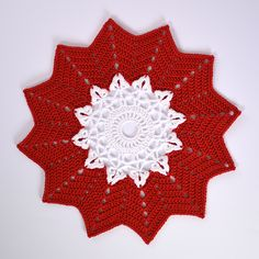 Crochet Christmas cloth with a star. Stick O, Christmas Crafts, Christmas Tree, Crochet Christmas, Crochet Table Runner, Tablerunners, Doily Patterns, Crochet Doilies, Snowflakes