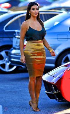 Kim Kardashian in Donna Karan's Metallic Foldover Stretch Pencil Skirt Estilo Kardashian, Kim Kardashian 2012, Kardashian Family, Kardashian Style, Kardashian Jenner, Kendall Jenner, Kardashian Fashion, Kardashian Kollection, Kim K Style