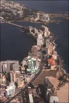 El Condado, San Juan, Puerto Rico. La Avenida Ashford comienza en el  Puente dos Hermanos y el San Juan antiguo  se ve en el fondo.