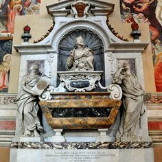 Wo wurde Galileo Galilei begraben? in der Santa Croce Kirche in Florenz Galileo wurde schließlich von der Inquisition zu Hausarrest verurteilt, und bis zum Ende seines Lebens verließ er Florenz nicht, wo er in der Obhut der Medici blieb. Er wurde in der Santa-Croce-Kirche in Florenz begraben (Foggias Grab von 1737).