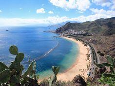 Auf den Kanarischen Inseln können Verliebte am Strand spazieren oder durch einsame Vulkanlandschaften wandern.