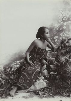 Kassian Cephas (1845-1912)  Studio Portrait of a seated young Javanese Girl, circa 1890-1910  ( Rijksmuseum)