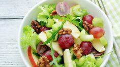 Herbstsalat mit Nüssen // Passend zum Herbst zeigt uns Koch Ramon Waser einen Salat, bei dem Trauben dem Ganzen eine herbstliche und leicht fruchtige Note geben. Und der Senf fügt eine leichte Schärfe bei.