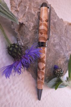 Dieser Drehkugelschreiber ist aus Eschenholz mit einem extravaganten Muster aus Goldregen Gold, Ballpoint Pen, Arts And Crafts, Handarbeit, Patterns, Schmuck, Yellow