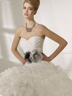 (NO.0250395)2012 Style Ball Gown Sweetheart  Ruffles  Sleeveless Sweep / Brush Train Organza Wedding Dresses For Brides
