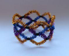 DIY-Basteltipp für ein Armband aus Pfeifenputzern von Ars Vera.