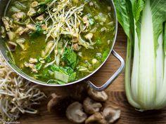 Deze Aziatische groentesoep met kip kwam uit de beebox van vorige week. En aangezien het een leuk recept is, boordevol met groente. Wilde ik jullie deze soep niet onthouden. Vandaar dat ik het recept hier met jullie deel.  Met de groente paksoi, shii-take en taugé klinkt het al direct Aziatisch, is het niet? Maar ook de witte kool zit in de soep.