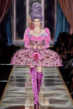 "Moschino Fall-Winter Milan Fashion Week Ready-to-Wear. Marie Antoinette inspired collection ""Let them eat Moschino"", Vogue Fashion, Daily Fashion, Runway Fashion, High Fashion, Street Fashion, Milan Fashion, Moschino, Marie Antoinette, Vogue Paris"