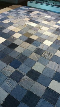 Alfombra vaquera~~lots of hand sewing Jean Crafts, Denim Crafts, Sewing Art, Love Sewing, Hand Sewing, Denim Quilt Patterns, Flannel Quilts, Denim Quilts, Blue Jean Quilts
