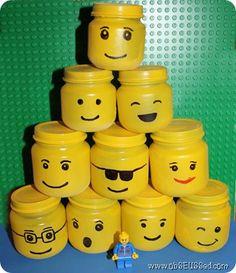Een erg leuk idee voor de jongens, spuit oude Gel potten geel, en teken verschillende LEGO poppetjes na.